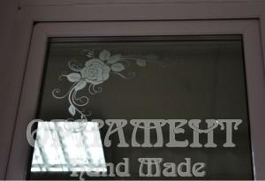 Цветочный орнамент на двери в магазин