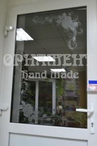 Декорирование стеклянной двери в магазине Цветы